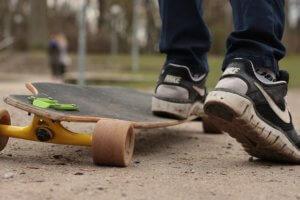 Cruiser Longboard auf sandigem Boden